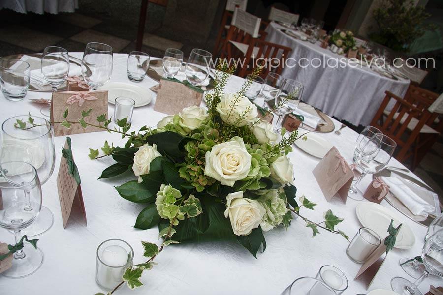 Abbobbi floreali centrotavola e bouquet a tema bianco verde - Composizioni floreali per tavoli ...