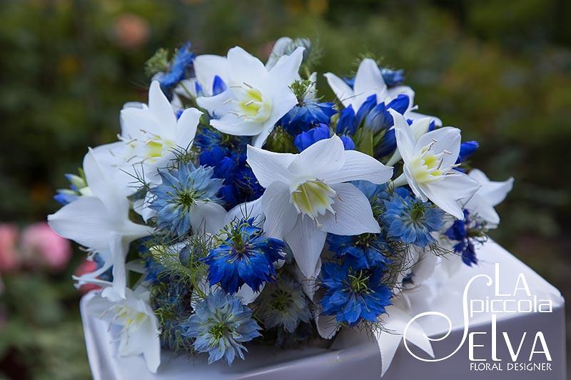 bouquet-sposa-fiori-blu-eucharis-nigella