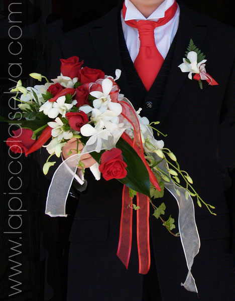 bouquet rose rosse e orchidee bianche