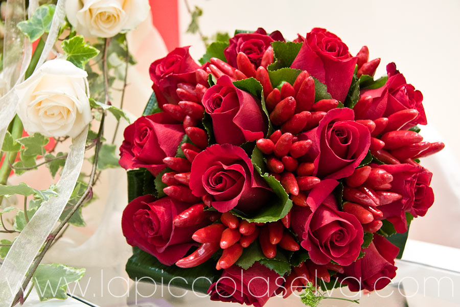 bouquet con rose rosse e peperoncini