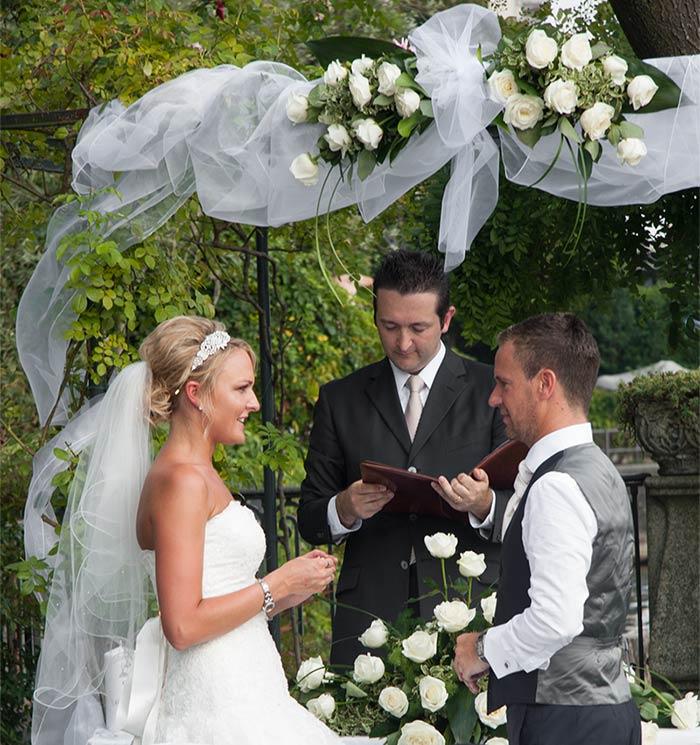 arco fiorito cerimonia a Villa Rusconi